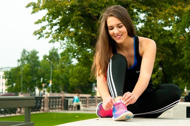 Patarimai sportuojančioms: kaip prižiūrėti plaukus?
