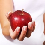 raudonas obuolys rankoje